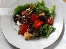Фото к девятому шагу приуготовлению рецепта Салат с маринованными опятами