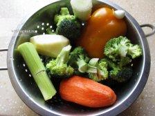 Фото к второму шагу приуготовлению рецепта Суп из брокколи