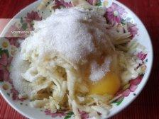 Фото к второму шагу приуготовлению рецепта Оладьи с яблоками