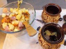 Фото к шестому шагу приуготовлению рецепта Свинина в горшочках в духовке